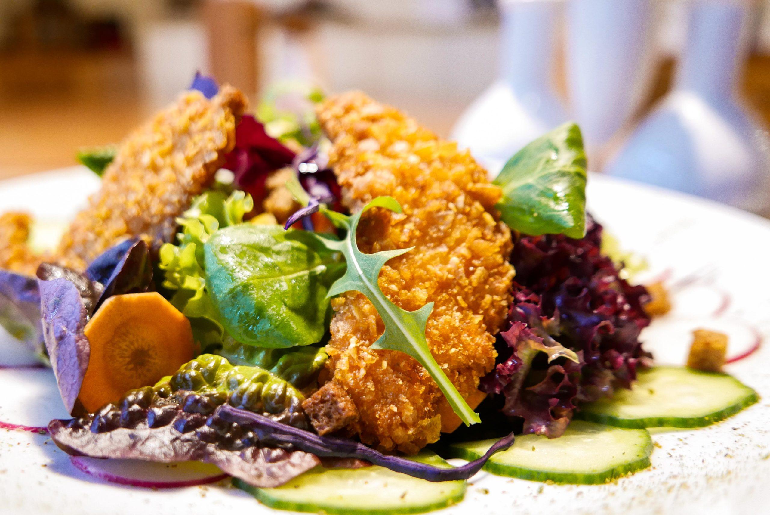 Inn4tler Salatteller mit gebackener Hendlbrust in der Maiskruste